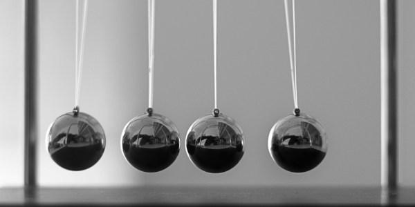 Quatre pendules en rang