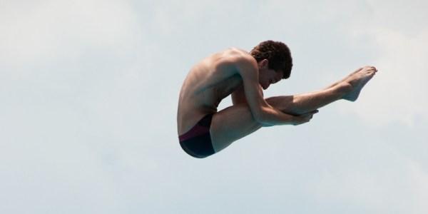 Un plongeur fait une figure durant son saut