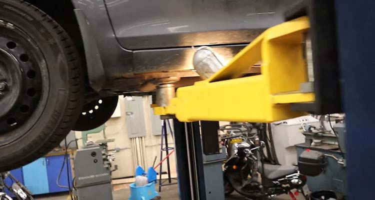 How To Lift A Vehicle And Support It Using Floor Jacks 3
