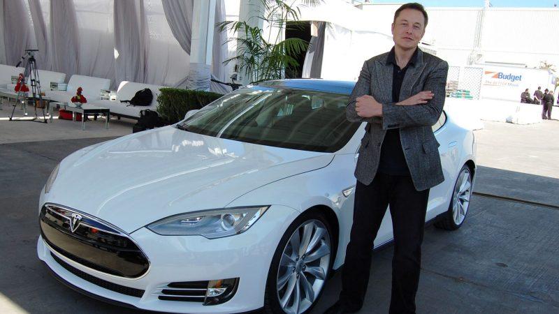 Elon Musk vorm Tesla Model S - Börsenrückzug