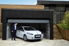 La Renault Fluence ZE qui se branche dans un garage