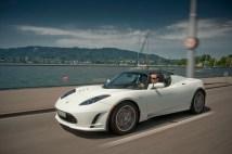 Tesla Roadster blanche sur la route