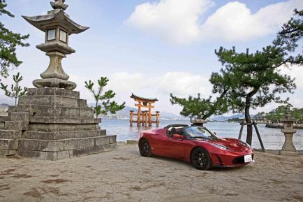 La Tesla Roadster en rouge sur la plage