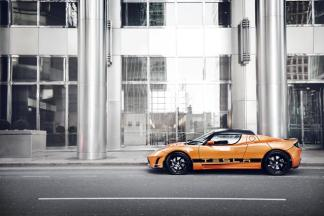 La Tesla Roadster 2012 en orange de côté