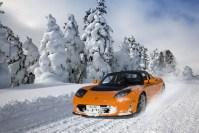 Une Tesla Roadster orange sur la neige
