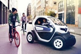 Un Renault Twizy accompagné par des cyclistes