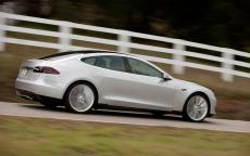 Une Tesla Model S sur la route