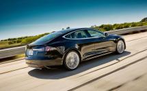 L'arrière d'une Tesla Model S (électrique) noire
