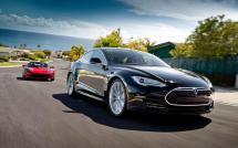 La Tesla Model S et la Tesla Roadster sur la route