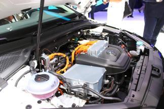 Gros plan sur le moteur électrique de la Volkswagen e-Golf