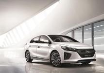La Hyundai Ioniq adopte un look beaucoup plus classique que la Toyota Prius 4