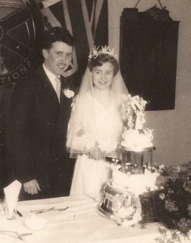 1957-03-02 Cutting the wedding cake