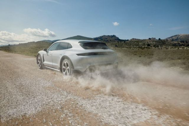 The gravel mode increases the Porsche Taycan Cross Turismo by a further 10 millimeters and adapts the suspension and traction control systems to improve grip on unpaved surfaces.
