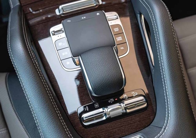Mercedes Benz GLE 2019 interiors armrest touchpad