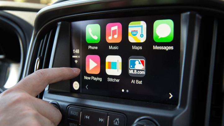 Meglio l'infotainment di serie o i sistemi Apple e Android?