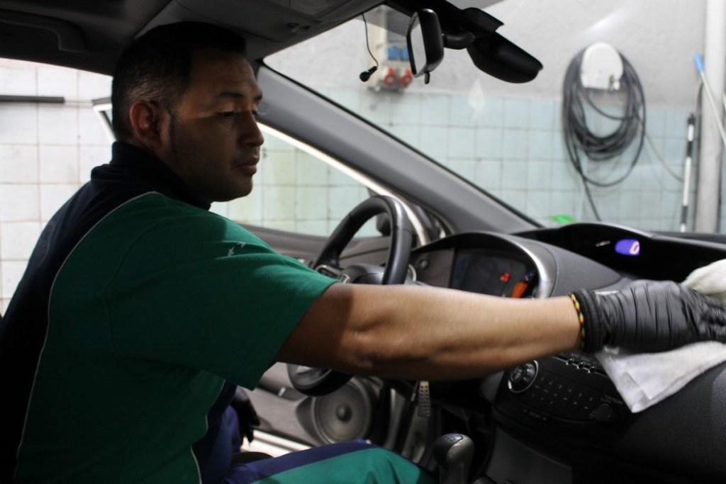 Si tu coche ha sufrido daños. En AMV somos expertos en la reparación de carrocerías afectadas por el granizo y en la reparación de averías mecánicas provocadas por la entrada de agua en el interior del vehículo.
