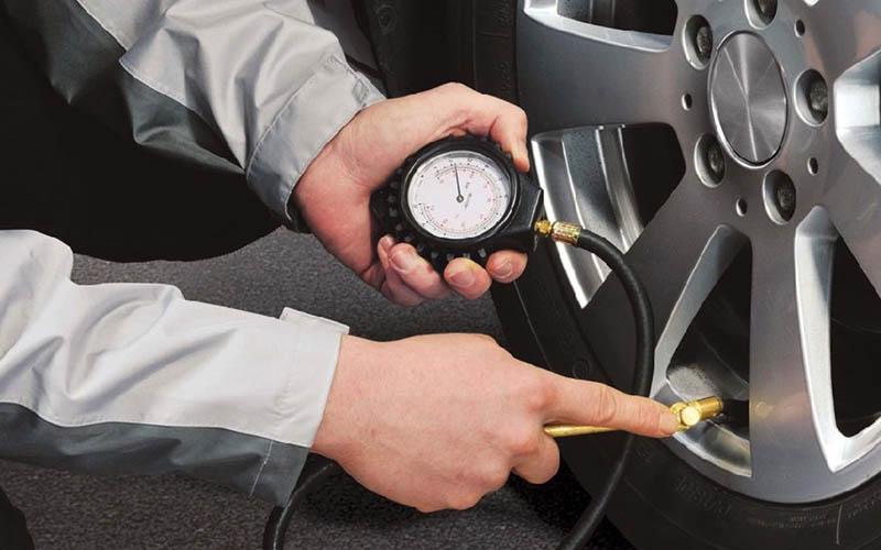 Cómo afecta el calor a la presión de los neumáticos en verano
