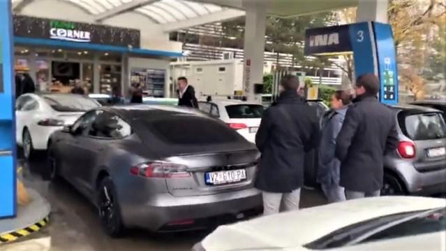 Vozači Tesle prosvjedovali na benzinskoj postaji u Zagrebu