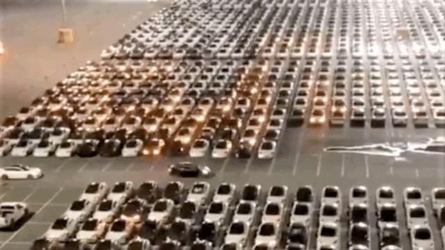Ovako izgleda softversko ažuriranje hrpe Tesli na parkiralištu