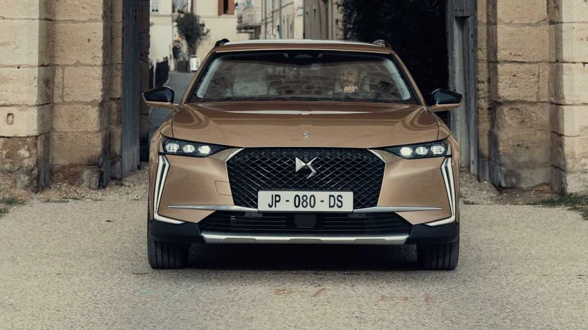 This is the new DS 4, attractive and technological no matter where you look at it