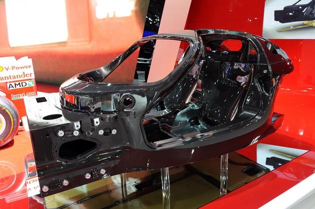 01-ferrari-carbon-fiber-chassi-paris Ecco il telaio da Formula 1 della Ferrari F70