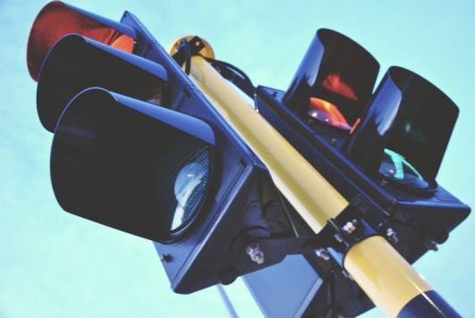 semaforo Semafori addio: il futuro delle auto che comunicano tra loro