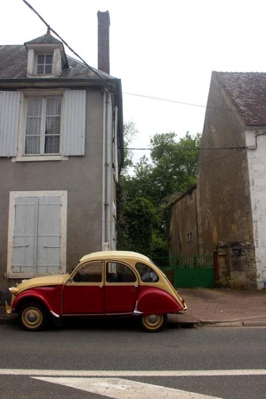 Une deuche garée à Champlemy, dans la Nièvre, lors d'un vide grenier champêtre...
