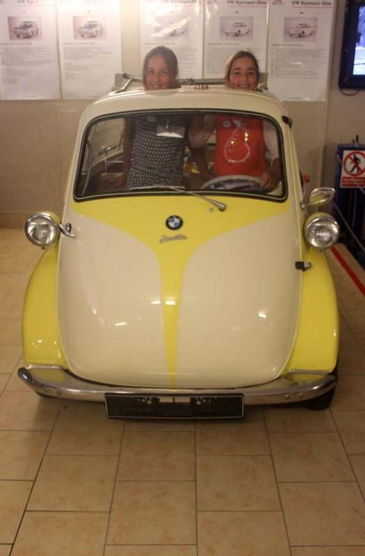Mince, on est déjà trop grandes pour cette petite Jetta BMW !