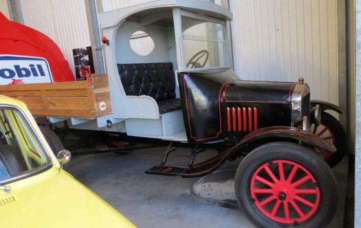 FORD TT One Ton Truck, 4 cyl latéral de 1920: Ce véhicule est identique à ceux utilisés pendant la 1ère guerre mondiale, notamment comme ambulances «YMCA» (Young Men's Catholic Association) en référence à la chanson des «Village People», solidarité franco-américaine. Il est comparable à la fameuse FORD T mais avec un châssis et un pont renforcés.
