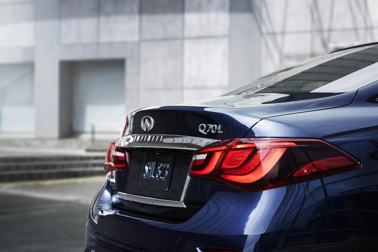 The 2015 Infiniti Q70L tail lights.