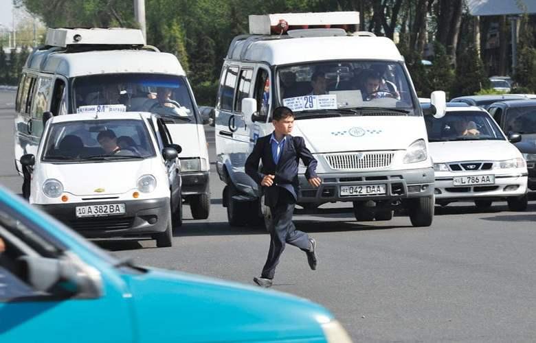 Пешеход в Ташкенте перебегает дорогу