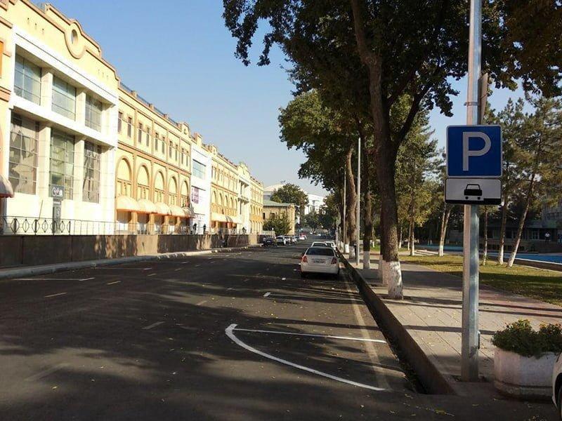 Парковка возле торгового центра Пойтахт, Демира и Капиталбанка на открытой недавно дороге в Ташкенте