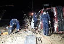 Спасатели МЧС извлекают пострадавших из грузовика Mercedes, который перевернулся на трассе Ташкент-Самарканд