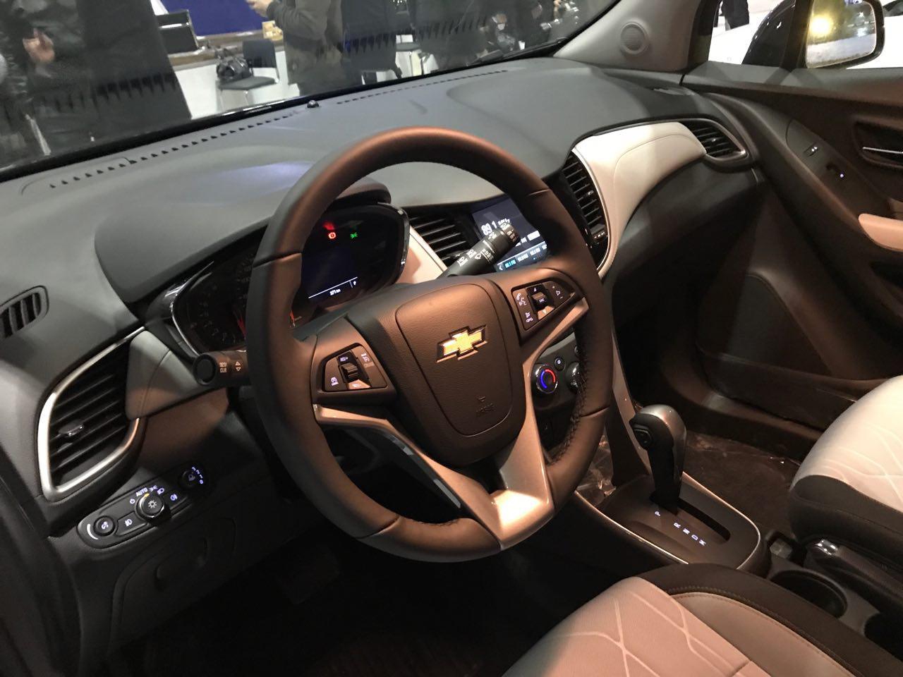 Chevrolet Tracker - интерьер салона - кожаный руль, тканевые сиденья, как выглядит торпеда и табло