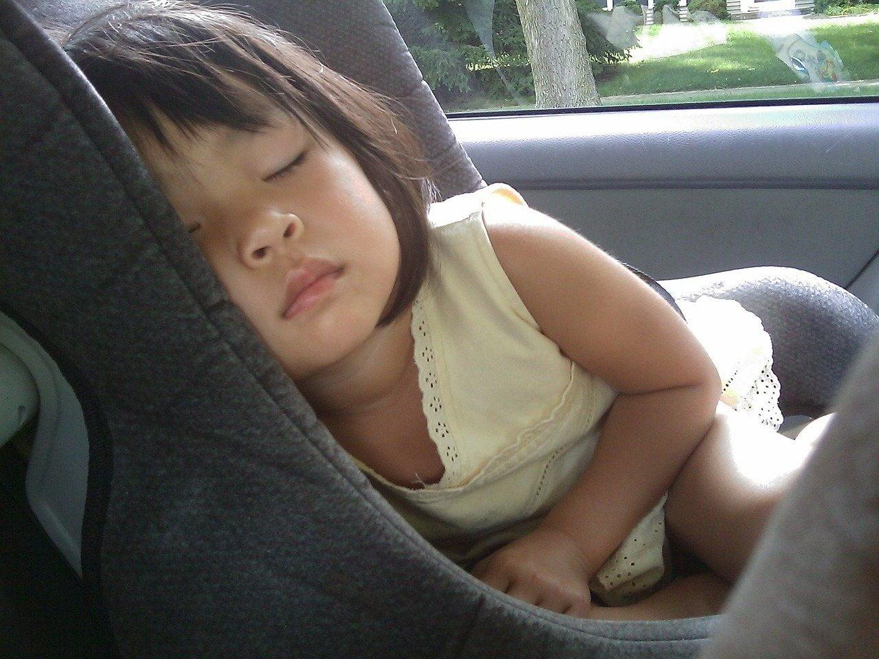 Vältä nämä yleiset turvallisuutta heikentävät virheet lapsen kanssa autoillessa