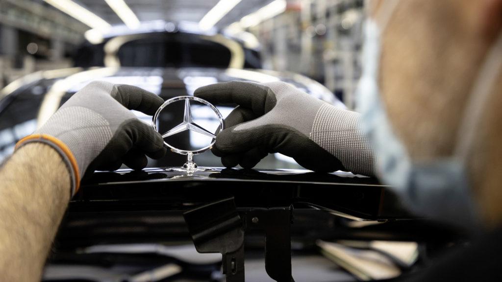 Plantas de autos de Mercedes-Benz reinician operaciones a nivel global