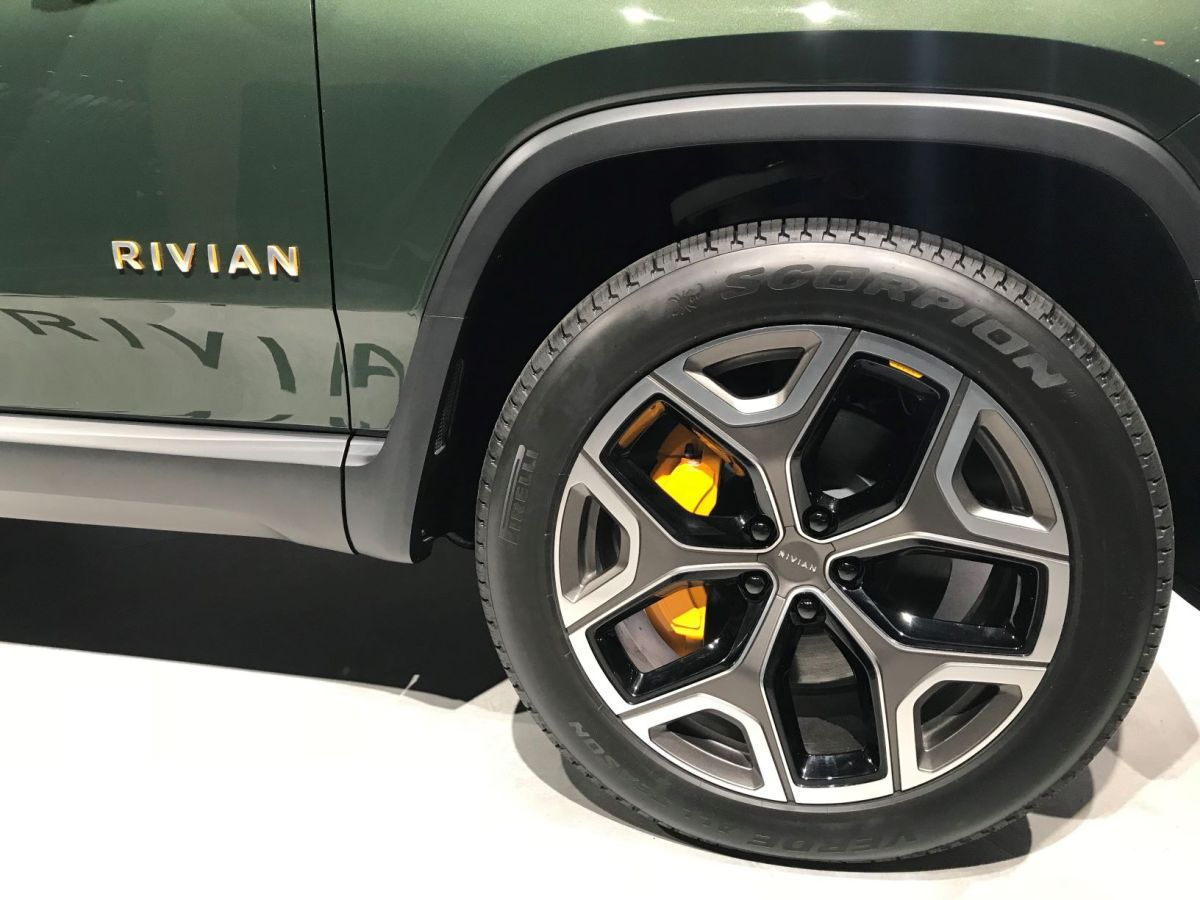 Fabrica Pirelli neumáticos especiales para vehículos eléctricos Rivian