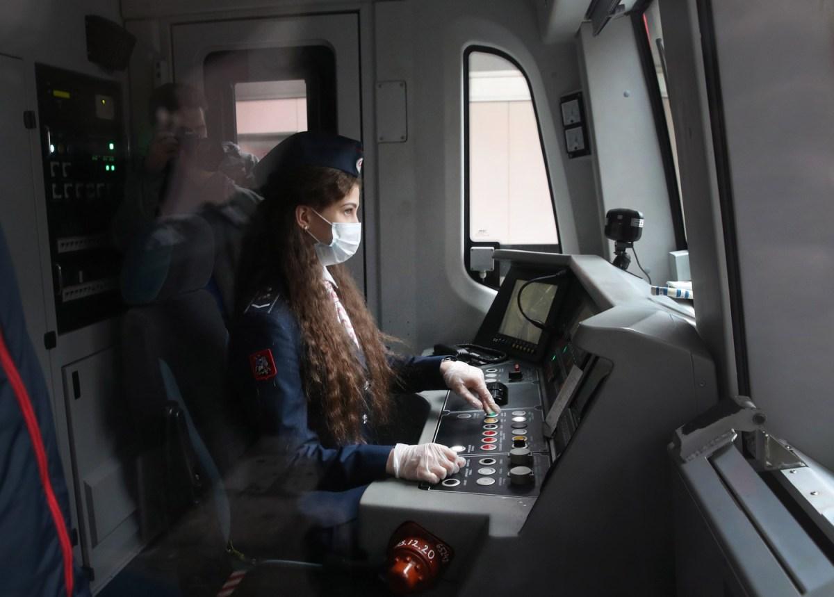 Regresan las mujeres a conducir el metro de Moscú