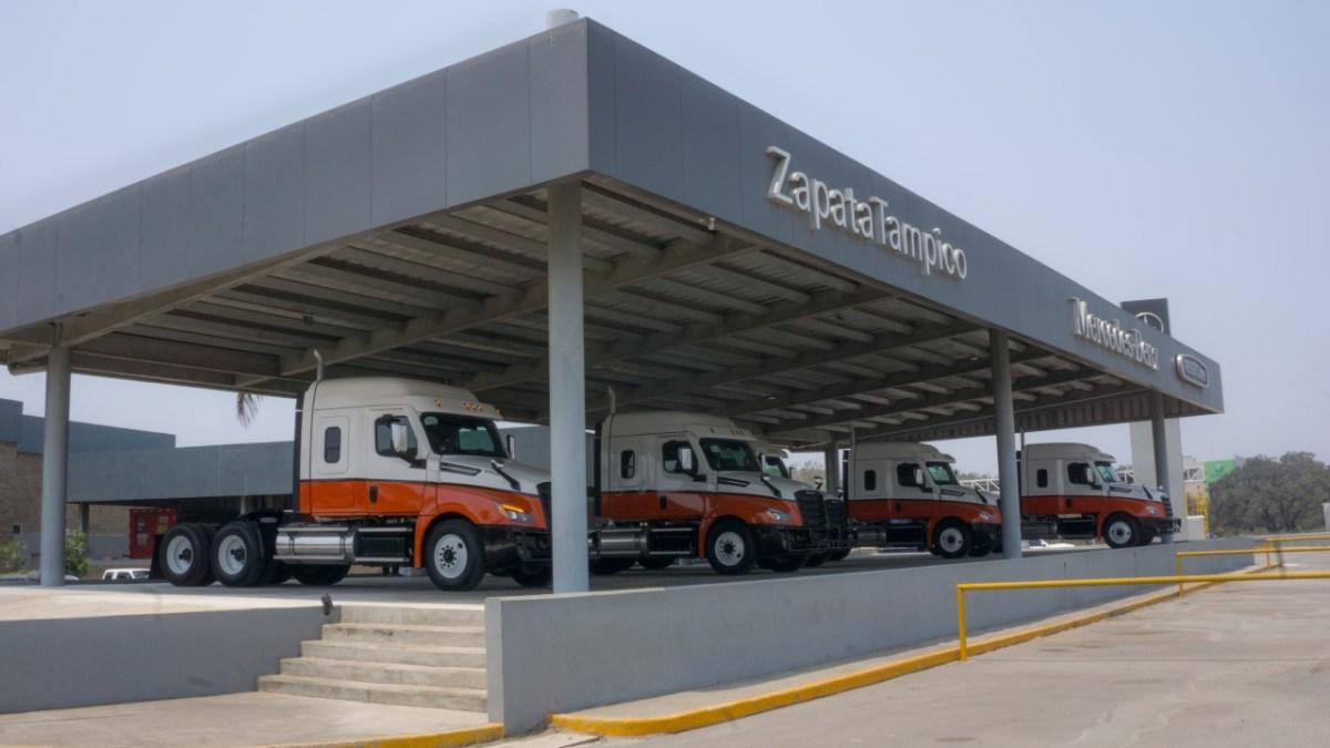 Entrega Daimler Trucks 10 unidades Cascadia a Unitrans