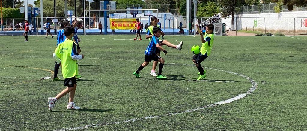 Beneficia Pirelli a niños de Silao por medio del futbol