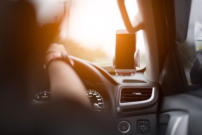 Samochodem w daleką podróż – jakie gadżety mogą się przydać?