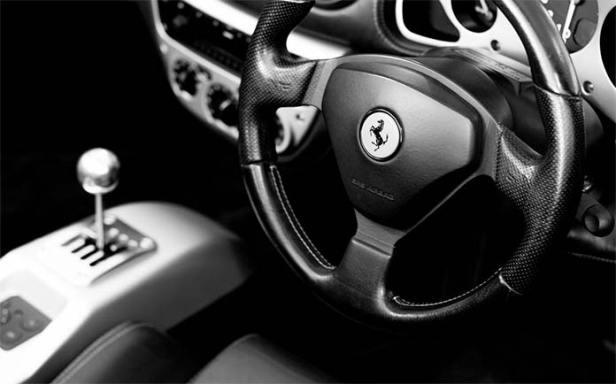 Kierownica samochodu z logiem Ferrari
