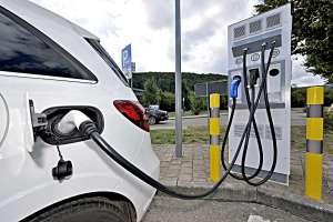 Strom tanken an der Autobahn an einer Schnelladestation. Foto: Innogy