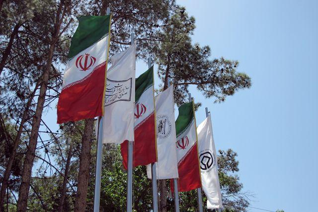 Drapeaux sur le magnifique site de Persépolis près de Shiraz - l'autre ailleurs en Iran, une autre idée du voyage