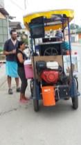 vendeur ambulant de glace à l'italienne de retour de notre baignade dans la pacifique