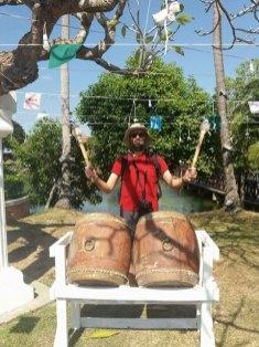 Thierry connait la musique à Wat Traphang Thong Lang