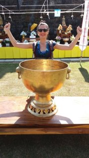 Laura a gagné la coupe à Wat Traphang Thong Lang