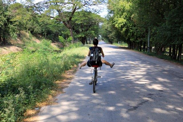 Laura s'entraîne pour le prochain tour de France dans la cité antique de Sukhothaï