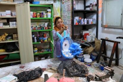 dans l'atelier du Centre National des Arts de la Marionnette avec Sourour jeune étudiante en théâtre option marionnette