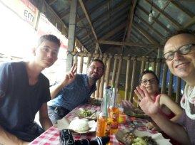 déjeuner dans un Warung (tout petit commerce, souvent pour manger) à Keliki avec mes amis : Cassiopée le plus petite, Titouan le plus grand et Fred le papa (manque l'énervé Pablo)
